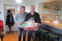 SC Rainer überreicht WC Michael ein Dankeschön